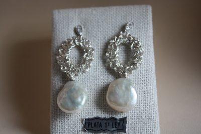 Pendientes de ganchillo con perla plana